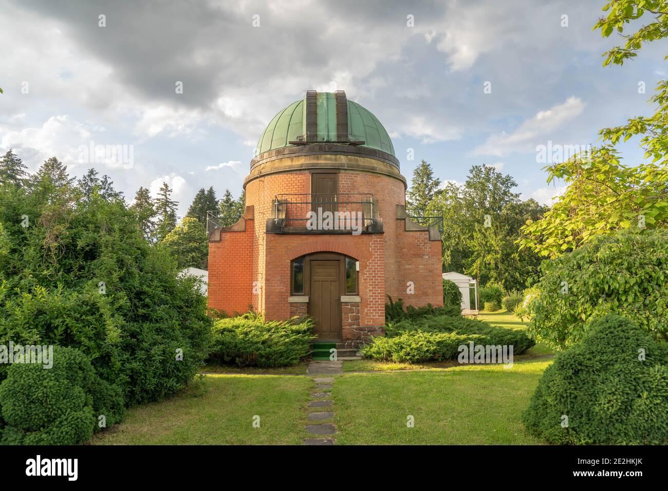 Ancien bâtiment historique de l'observatoire de l'institut d'astronomie d'Ondrejov. Observatoire télescope spatial profond. Ondrejov, république tchèque. Banque D'Images