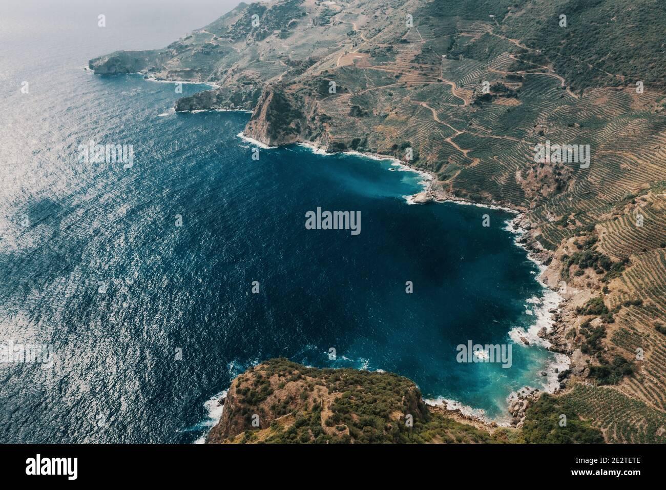Vue sur une côte rocheuse vide, mer azur, montagne et rochers, Turquie Banque D'Images