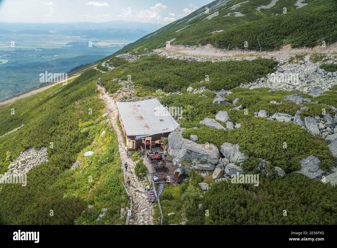 TATRANSKA LOMNICA, SLOVAQUIE - AOÛT 2020 : chalet alpin Skalnata chata dans les montagnes des Hautes Tatras Banque D'Images