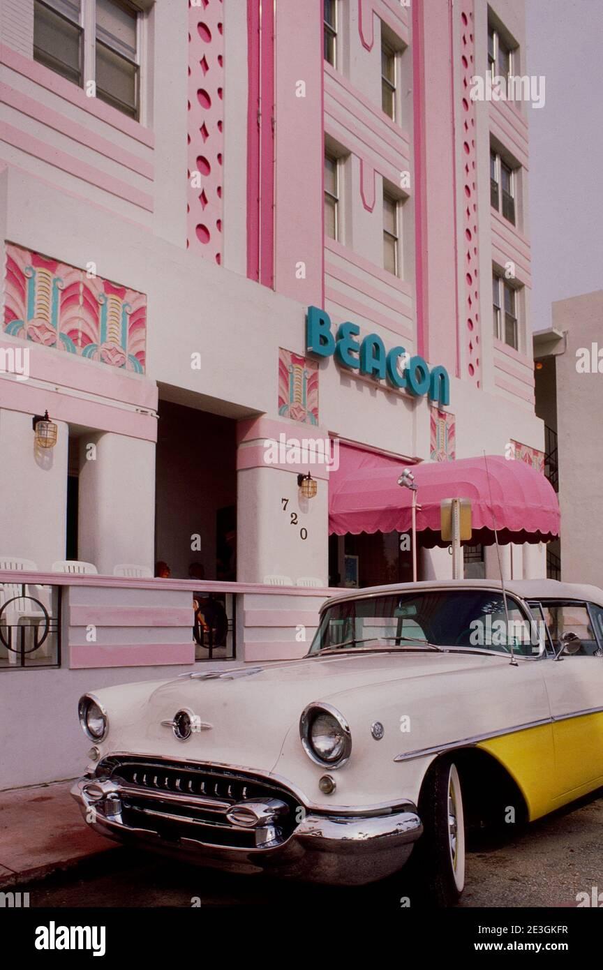 Voiture classique devant l'hôtel art déco de Miami beach États-Unis Banque D'Images