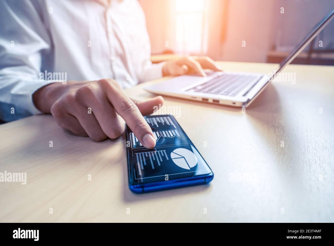 Le comptable ou l'expert financier d'un homme d'affaires analyse le graphique du rapport d'affaires et le graphique financier au bureau de l'entreprise. Concept d'économie financière, banque Banque D'Images