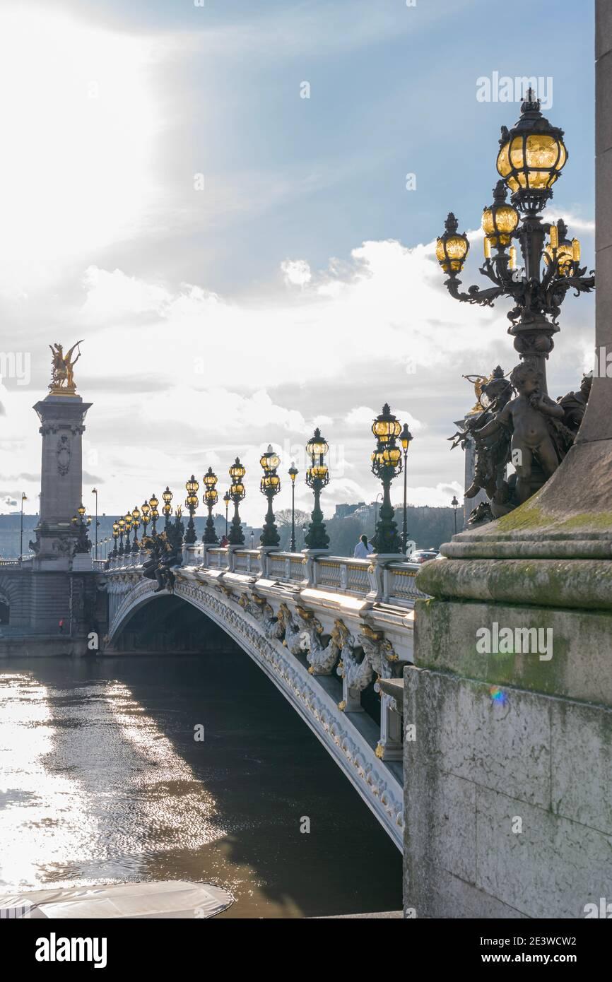 Paris, France - 12 30 2020 : quais de Seine. Vue de l'hôtel invalide depuis le pont Alexander III pendant Noël et le nouvel an Banque D'Images