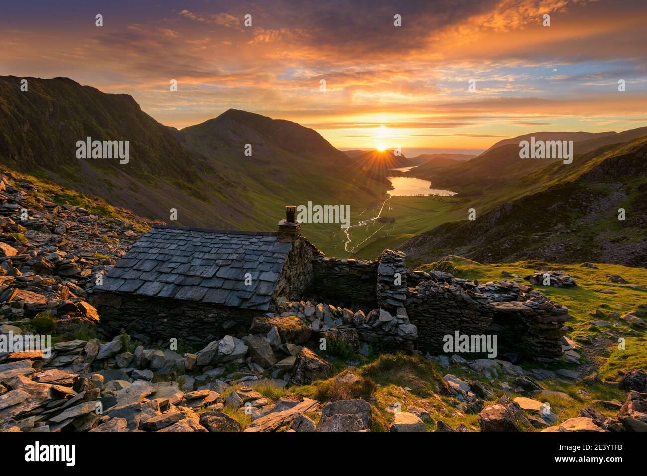 Ancien refuge de montagne Warnscale Bothy avec beau coucher de soleil sur Buttermere dans le Lake District, Royaume-Uni. Banque D'Images