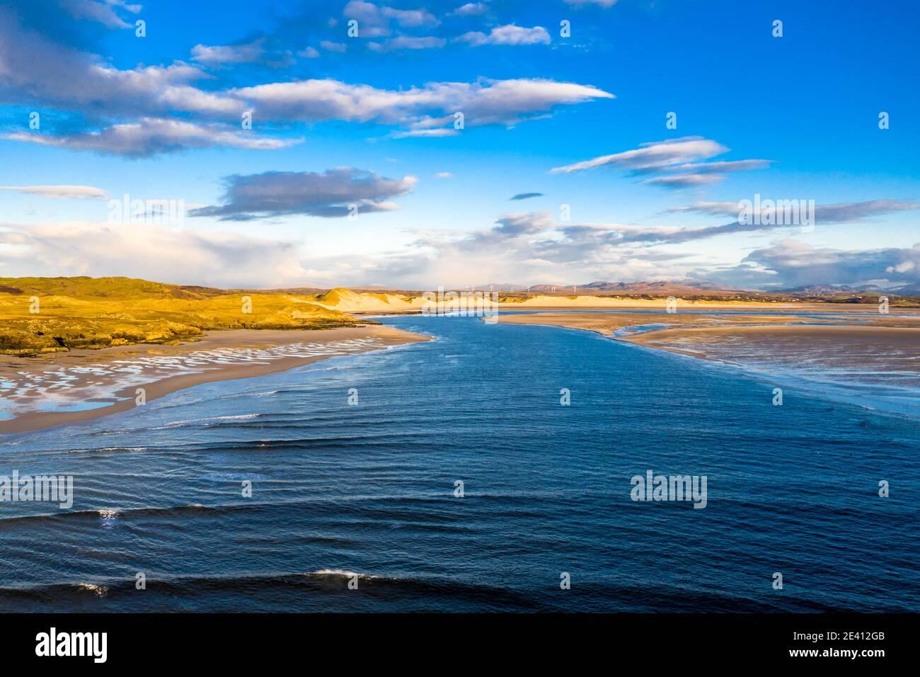 La côte entre la plage de la baie de Kiltoorish et la baie de Sheskinmore entre Ardara et Portnoo à Donegal - Irlande. Banque D'Images