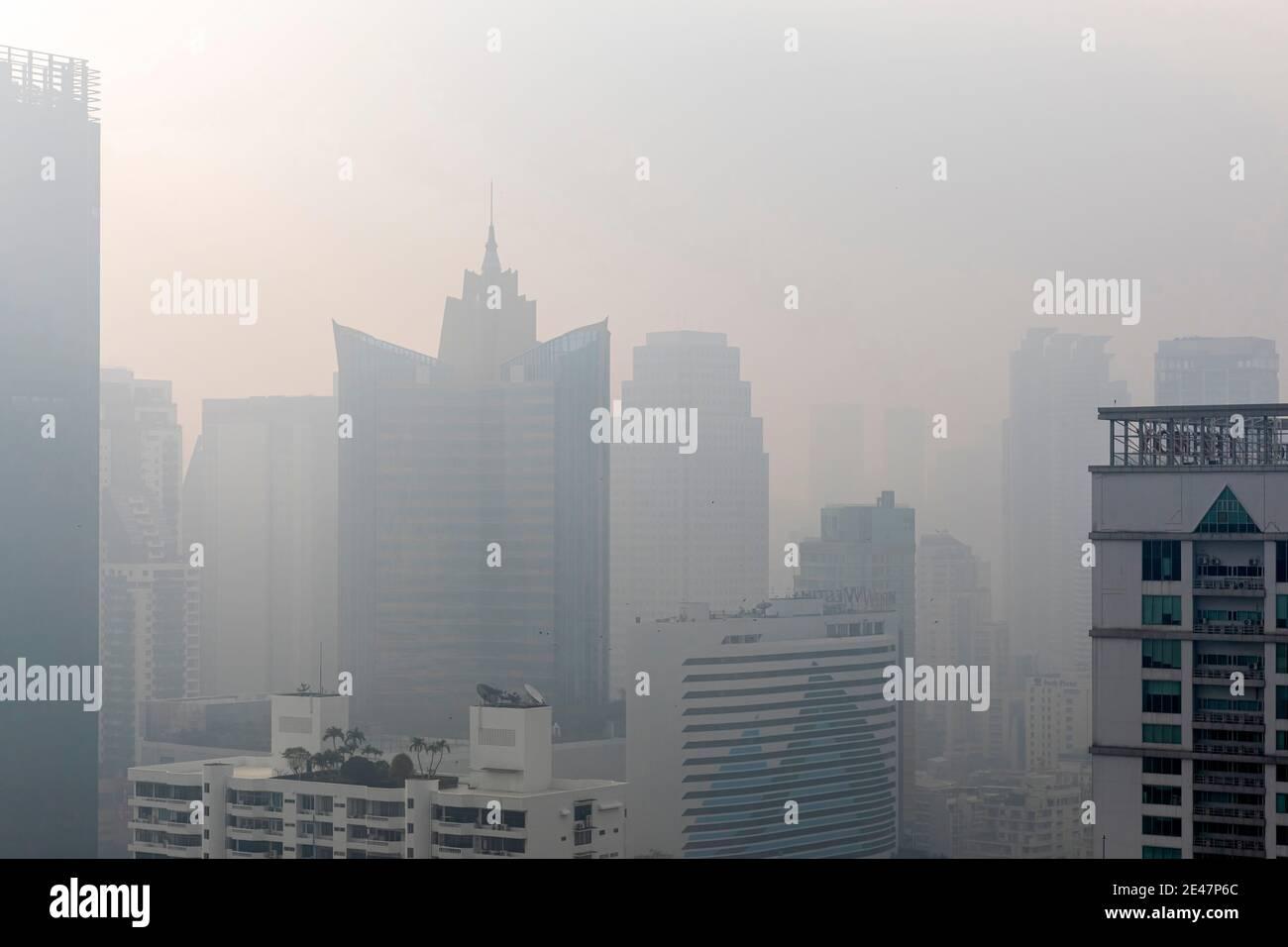 Brume et pollution au-dessus du centre de Bangkok, Thaïlande Banque D'Images