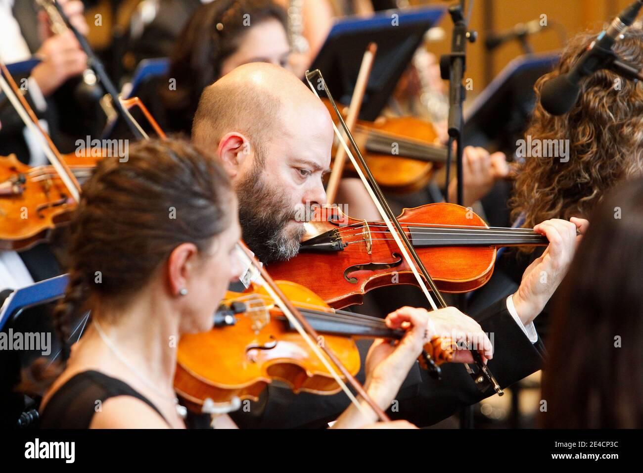 Coruna, Espagne. Musiciens jouant du violon lors d'un concert de l'Orchestre symphonique de Galice le 17 août 2019 Banque D'Images