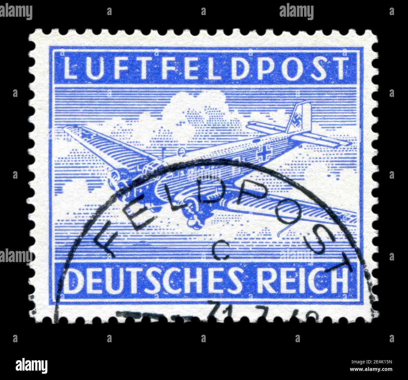 ALLEMAGNE - VERS 1942: Timbre-poste historique allemand: Avion de transport JU 52 avec swastika, poste de campagne, marque postale, guerre mondiale II, 1939-1945 Banque D'Images