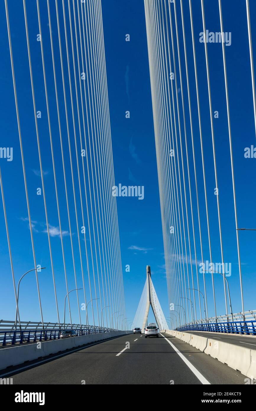 Cadix, Espagne - 16 janvier 2021 : trafic sur le pont Puente de la Constitucion de 1812 dans la baie de Cadix Banque D'Images