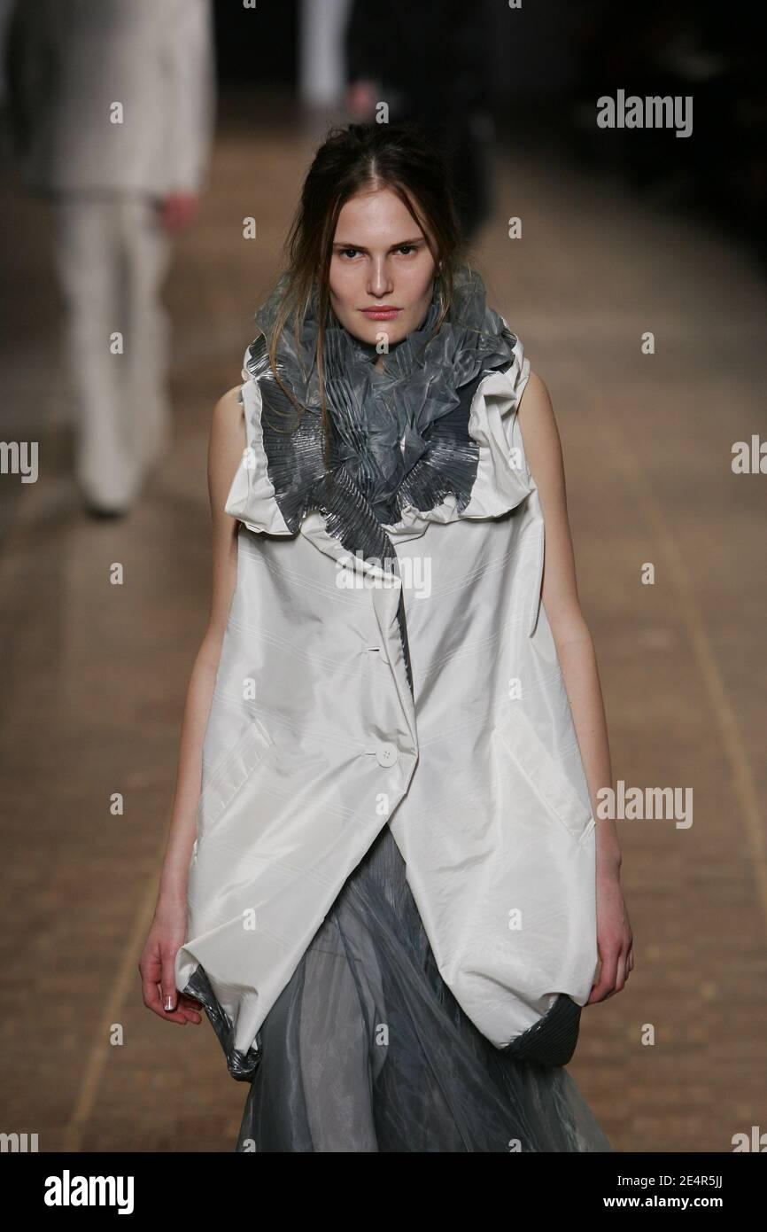 Un modèle présente une création du designer japonais Dai Fujiwara pour Issey Miyake lors du salon de la collection prêt-à-porter automne-hiver 2008-2009 à Paris, en France, le 28 février 2008. Photo de Java/ABACAPRESS.COM Banque D'Images
