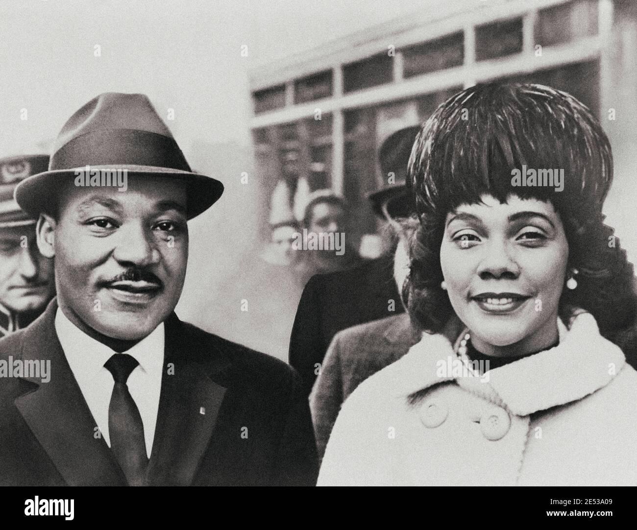 Martin Luther King Jr. Avec son épouse Coretta Scott King, portrait tête-et-épaules, face à l'avant. ÉTATS-UNIS. 1964 Banque D'Images