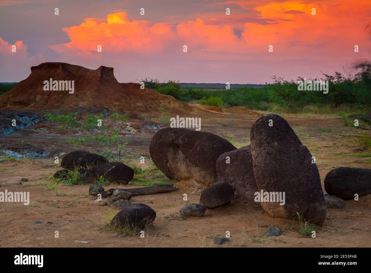 Soirée colorée dans le désert du parc national de Sarigua, province de Herrera, République du Panama. Banque D'Images