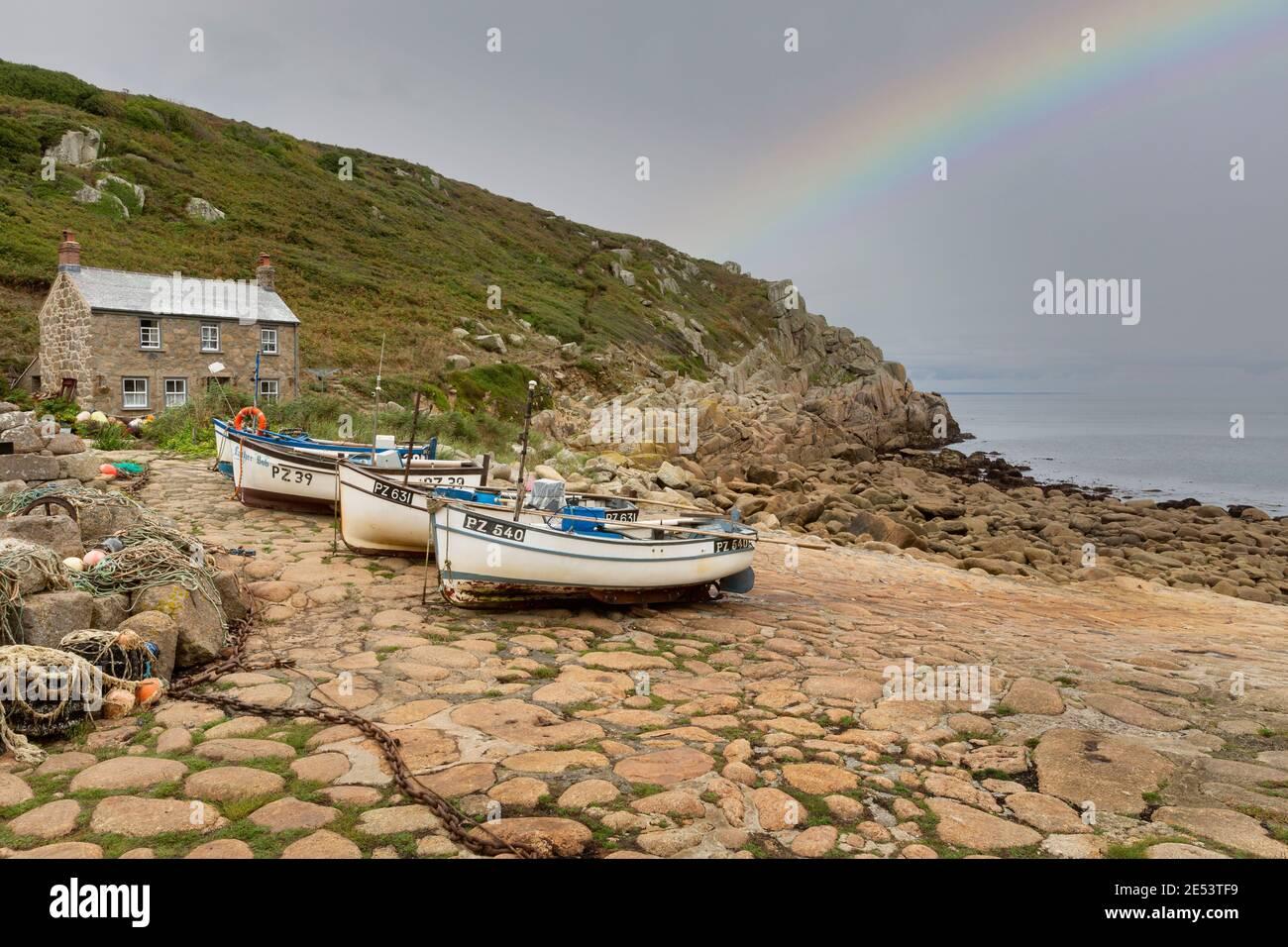 Cornouailles de pêche Cove avec Cottage et bateaux Banque D'Images