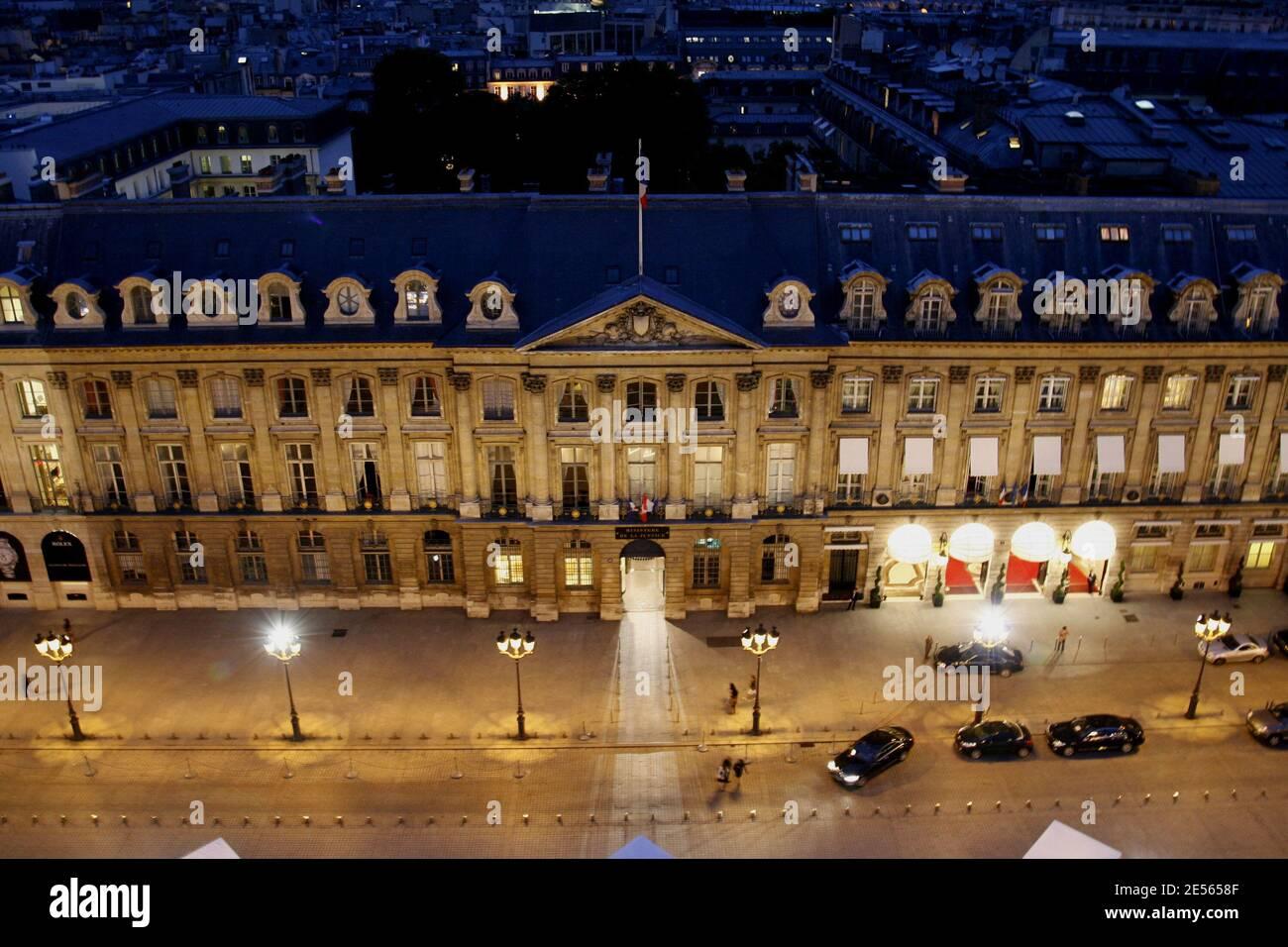 Photo du dossier : Ministerie de Justice et du Palais Ritz vu par la hauteur de la colonne Vendôme à Paris, France, le 4 juillet 2008. Un incendie a frappé le dernier étage de l'hôtel Ritz de Paris, le 19 janvier 2016, qui est actuellement en cours de rénovation. Le feu a éclaté vers 7h00 au dernier étage de l'hôtel cinq étoiles qui se trouve sur la place Vendome, l'une des places les plus prune de la ville. Selon les premiers rapports de BFM TV, l'incendie a éclaté au septième étage de l'hôtel avant de s'étendre rapidement au toit. Certains rapports disent que la plupart du toit a été détruit. Il Banque D'Images