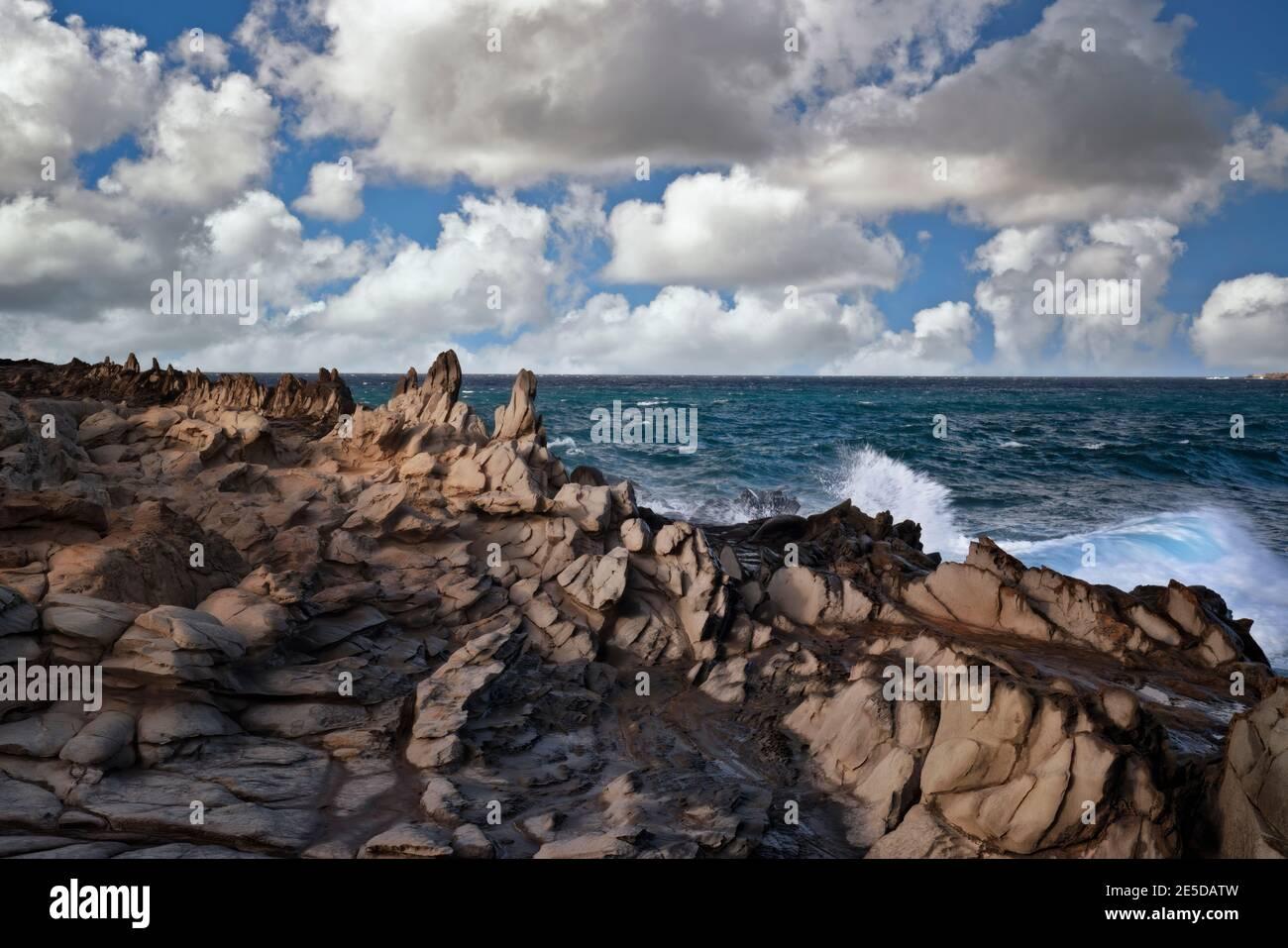 L'érosion par le vent et les vagues contre cette roche de lave a formé les dents du Dragon à Makaluapuna point sur l'île de Maui à Hawaï. Banque D'Images