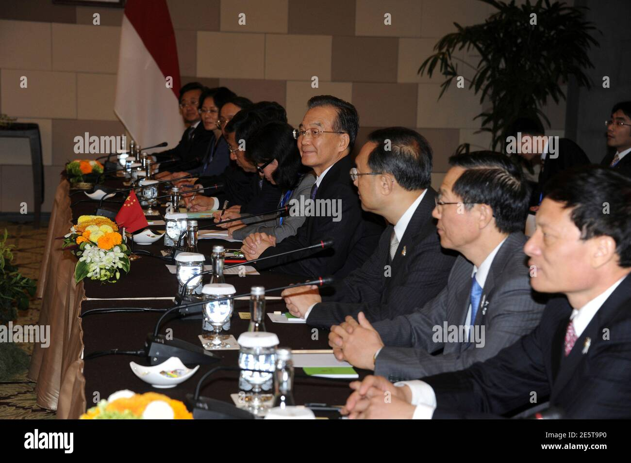 China's Premier Wen Jiabao (C) sits with his delegation during a bilateral talk with Indonesia's President Susilo Bambang Yudhoyono at the side of ASEAN Summit in Nusa Dua, Bali November 17, 2011. REUTERS/Romeo Gacad/Pool  (INDONESIA - Tags: POLITICS) Banque D'Images