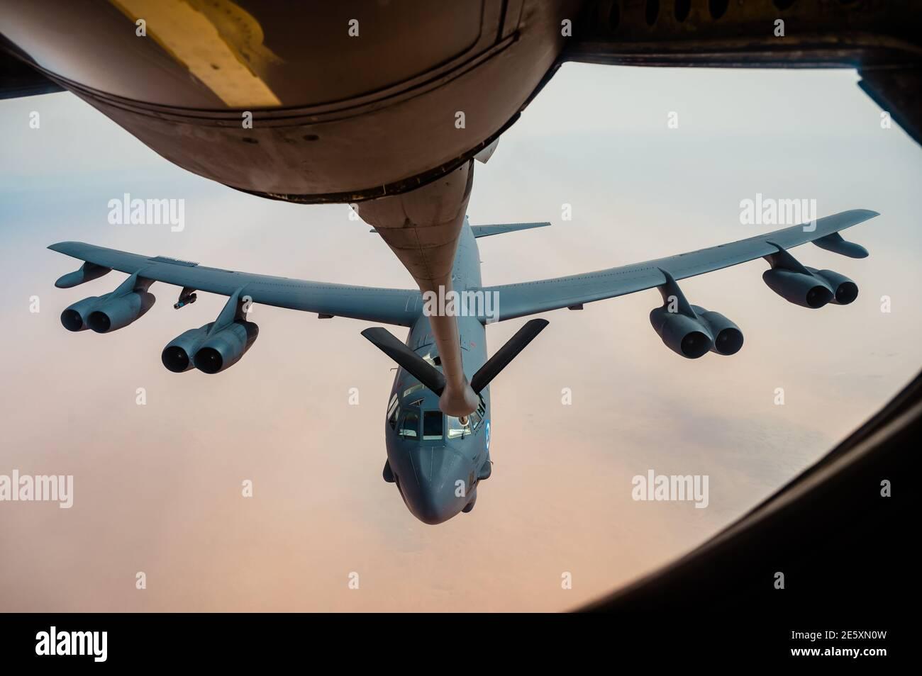Golfe persique, Arabie Saoudite. 27 janvier 2021. Un bombardier stratégique B-52 Stratofortress de la 2e Escadre Bomb de la U.S. Air Force se prépare à se ravitailler d'un KC-135 Stratotanker lors d'un déploiement de courte durée vers le milieu-est le 27 janvier 202 au-dessus du golfe Persique. Credit: Planetpix/Alamy Live News Banque D'Images