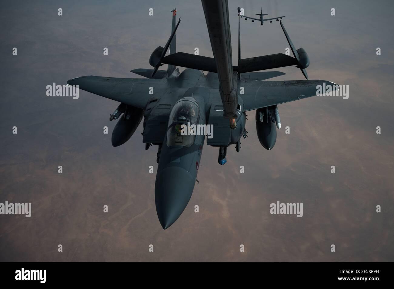 Golfe persique, Arabie Saoudite. 27 janvier 2021. Un avion de chasse F-15E Strike Eagle de la Force aérienne américaine ravitaillerait en carburant un KC-135 Stratotanker lors d'un déploiement de courte durée au milieu de l'est le 27 janvier 202 au-dessus du golfe Persique. Le combattant escorte les bombardiers stratégiques B-52 StratoFortress de la 2e Escadre Bomb. Credit: Planetpix/Alamy Live News Banque D'Images