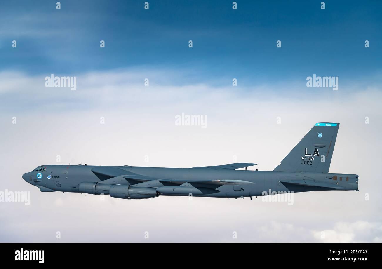 Golfe persique, Arabie Saoudite. 27 janvier 2021. Un bombardier stratégique B-52 de la 2e Escadre Bomb de la Force aérienne des États-Unis vole à l'altitude après avoir ravitaillé un KC-135 Stratotanker au cours d'un déploiement de courte durée au milieu de l'est le 27 janvier 202 au-dessus du golfe Persique. Credit: Planetpix/Alamy Live News Banque D'Images