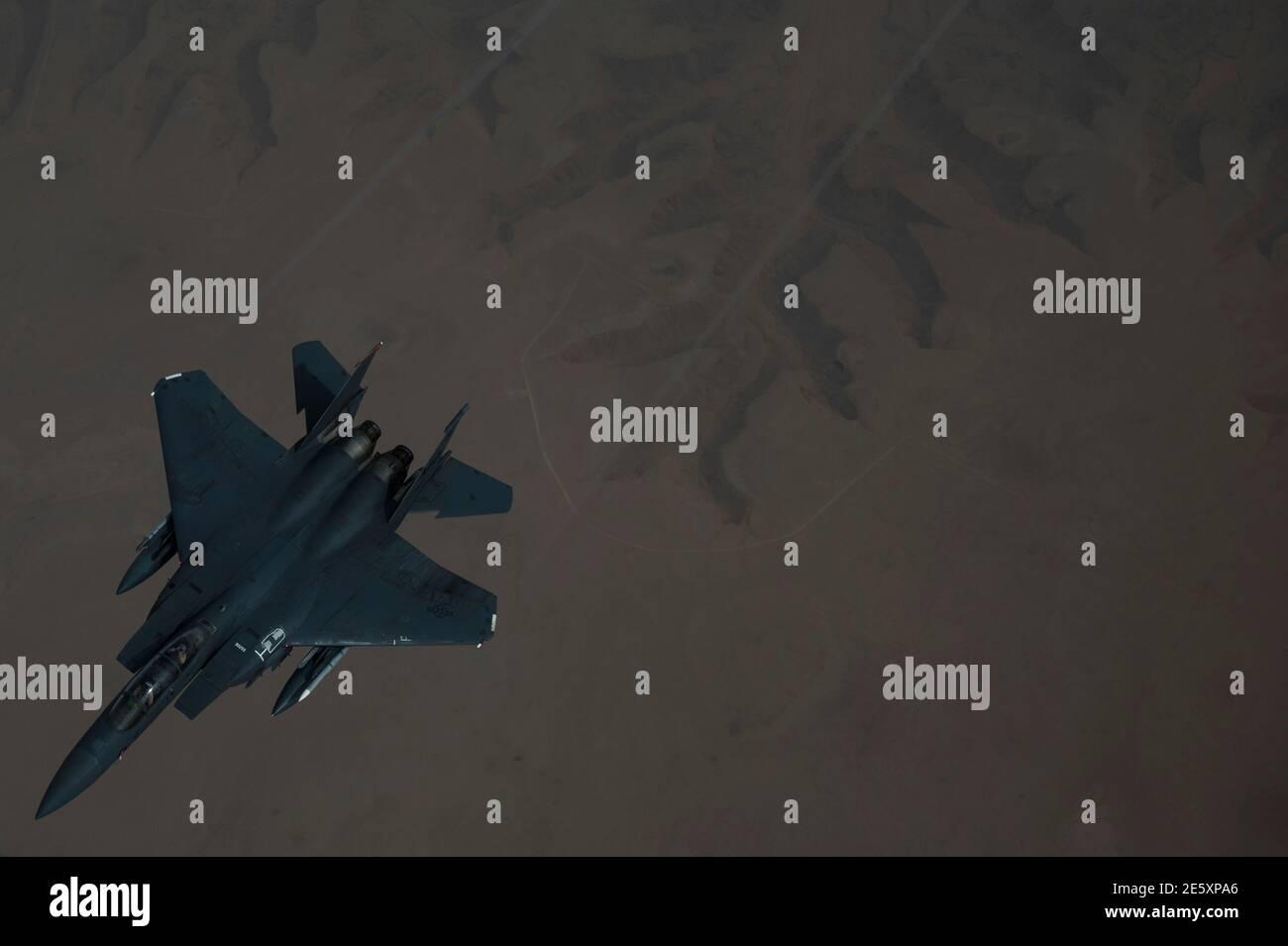 Golfe persique, Arabie Saoudite. 27 janvier 2021. Un avion de chasse F-15E Strike Eagle de la US Air Force se brise après avoir fait le plein d'un KC-135 Stratotanker au cours d'un déploiement de courte durée au milieu de l'est le 27 janvier 202 au-dessus du golfe Persique. Le combattant escorte les bombardiers stratégiques B-52 StratoFortress de la 2e Escadre Bomb. Credit: Planetpix/Alamy Live News Banque D'Images