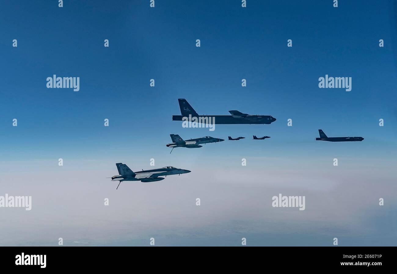 Golfe persique, Arabie Saoudite. 27 janvier 2021. Un bombardier stratégique B-52 de la 2e Escadre Bomb de la Force aérienne des États-Unis B-15 Stratofortress escorte par des avions de chasse F-27 de la Royal Saudi Air Force lors d'un déploiement de courte durée vers le milieu-est le 202 janvier au-dessus du golfe Persique. Credit: Planetpix/Alamy Live News Banque D'Images
