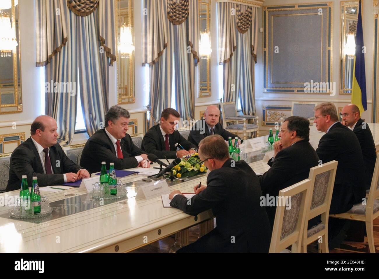 Le président ukrainien Petro Porochenko (2e L) s'adresse au président sortant de la Commission européenne José Manuel Barroso (3e R) lors de leur réunion à Kiev, le 12 septembre 2014. Porochenko a déclaré vendredi qu'il ne pouvait y avoir de solution militaire à la crise de son pays et a déclaré qu'il espérait qu'un cessez-le-feu « très fragile » se maintienne à l'est, lui permettant de se concentrer sur la reconstruction de l'économie en ruines. REUTERS/Valentin Ogirenko (UKRAINE - Tags: POLITIQUE TROUBLES CIVILS CONFLIT) Banque D'Images