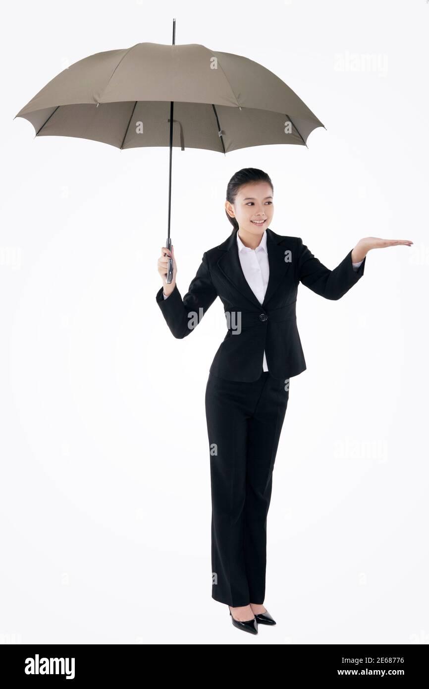 Femme d'affaires de mode orientale tenant un parapluie photo de haute qualité Banque D'Images