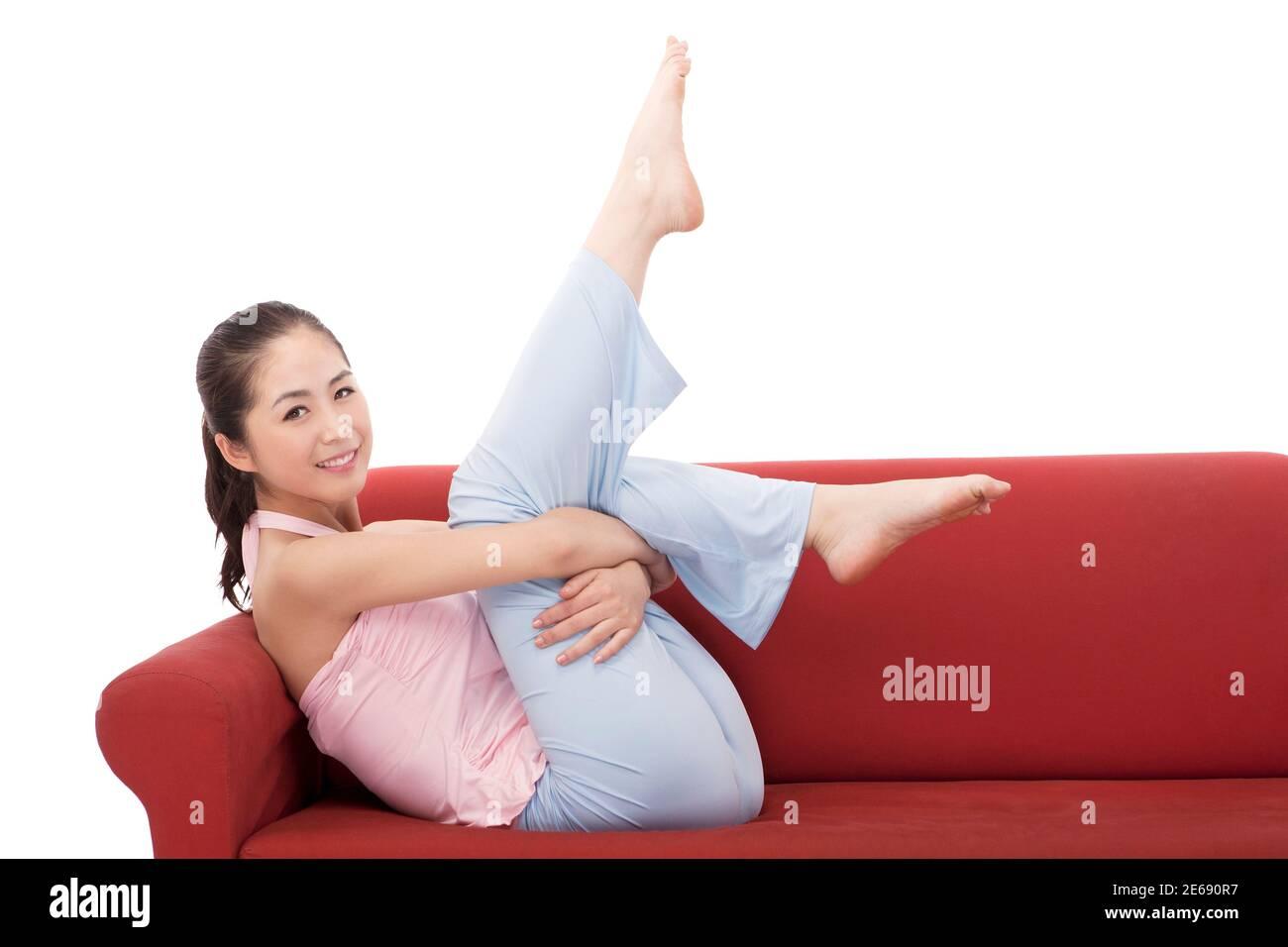 Jeune femme de mode assis sur un canapé photo de haute qualité Banque D'Images