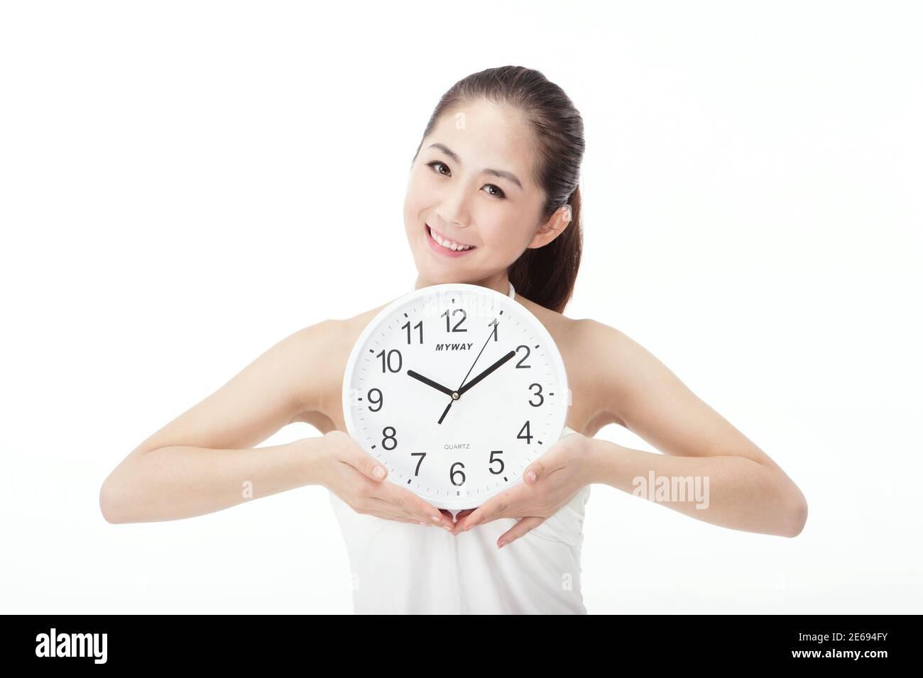 Jeune femme de mode tenant des horloges photo de haute qualité Banque D'Images