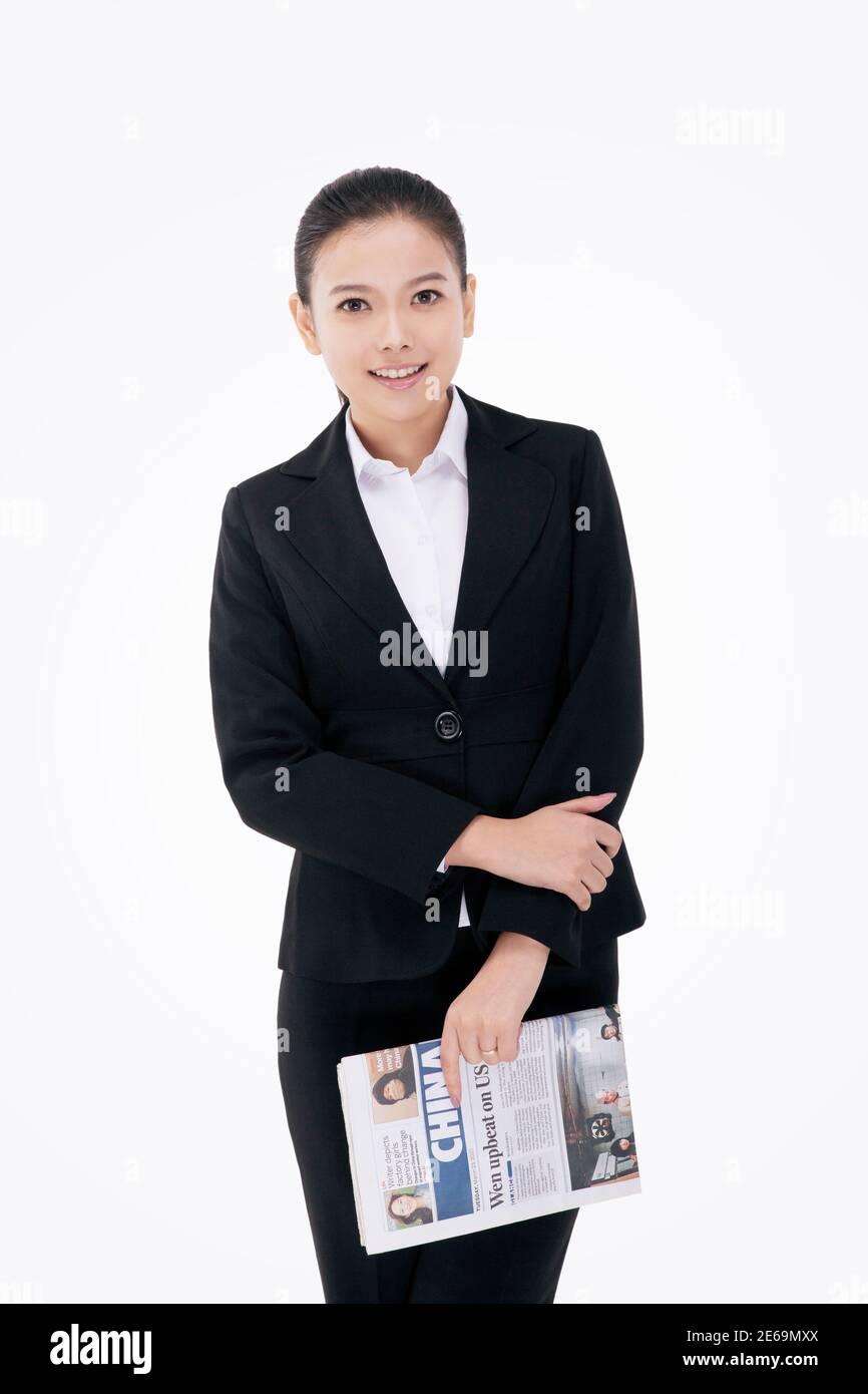 Femme d'affaires de mode tenant un journal en anglais de haute qualité photo Banque D'Images