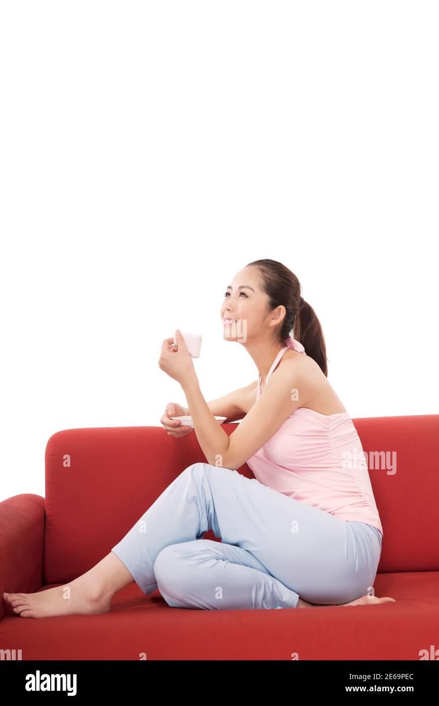 Femme de mode orientale buvant un café photo de haute qualité Banque D'Images