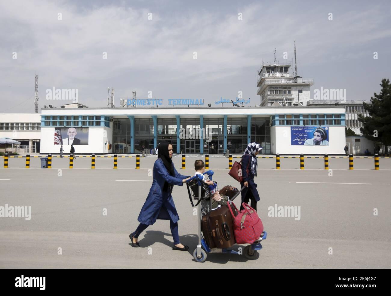 Des passagers afghans marchent devant l'aéroport international Hamid Karzaï de Kaboul, Afghanistan le 29 mars 2016. REUTERS/Omar Sobhani Banque D'Images