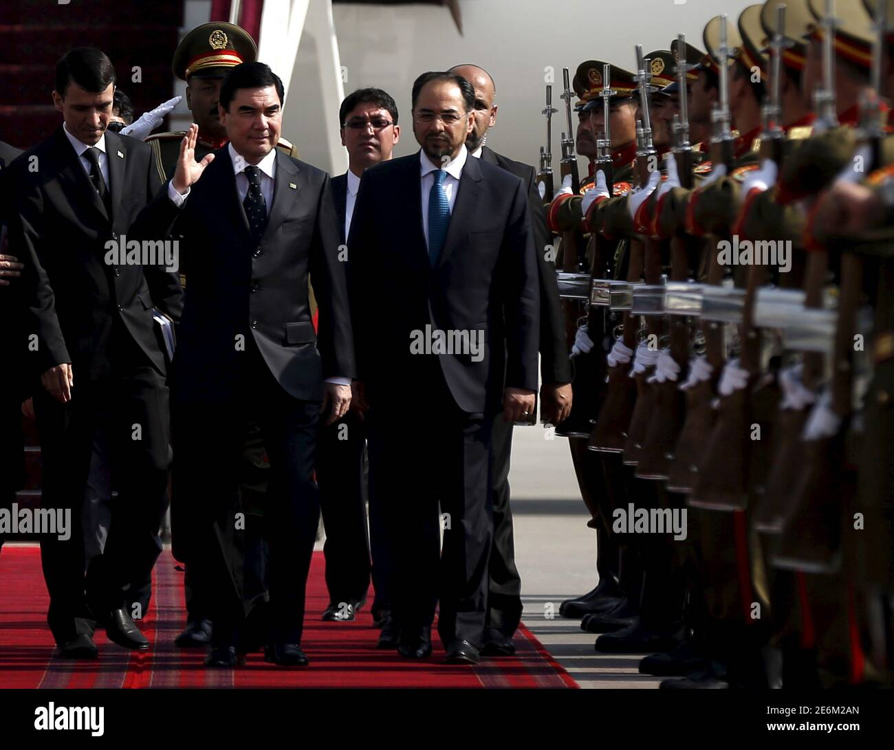 Le président du Turkménistan, Kurbaguly Berdymukhamedov (2e L), et le ministre afghan des Affaires étrangères, Salahuddin Rabbani (R), marchent lors d'une cérémonie d'arrivée à l'aéroport international Hamid Karzaï de Kaboul, en Afghanistan, le 27 août 2015. REUTERS/Mohammad Ismail Banque D'Images