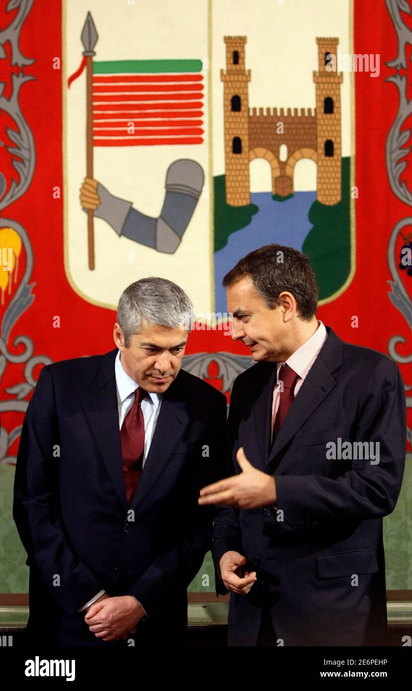 Spain's Prime Minister Jose Luis Rodriguez Zapatero (R) and his Portuguese counterpart Jose Socrates talk during their visit to Zamora's city hall at the Spain-Portugal summit January 22, 2009.  REUTERS/Sergio Perez (SPAIN) Banque D'Images
