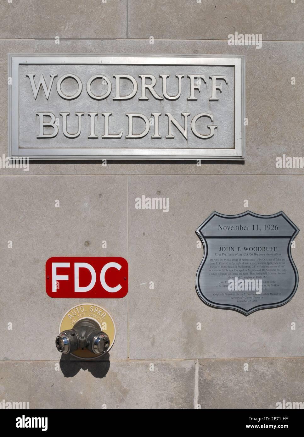 Une plaque patrimoniale orne l'édifice Woodruff historique du centre-ville de Springfield, soulignant le rôle du constructeur John T. Woodruff dans la création de la route 66. Banque D'Images