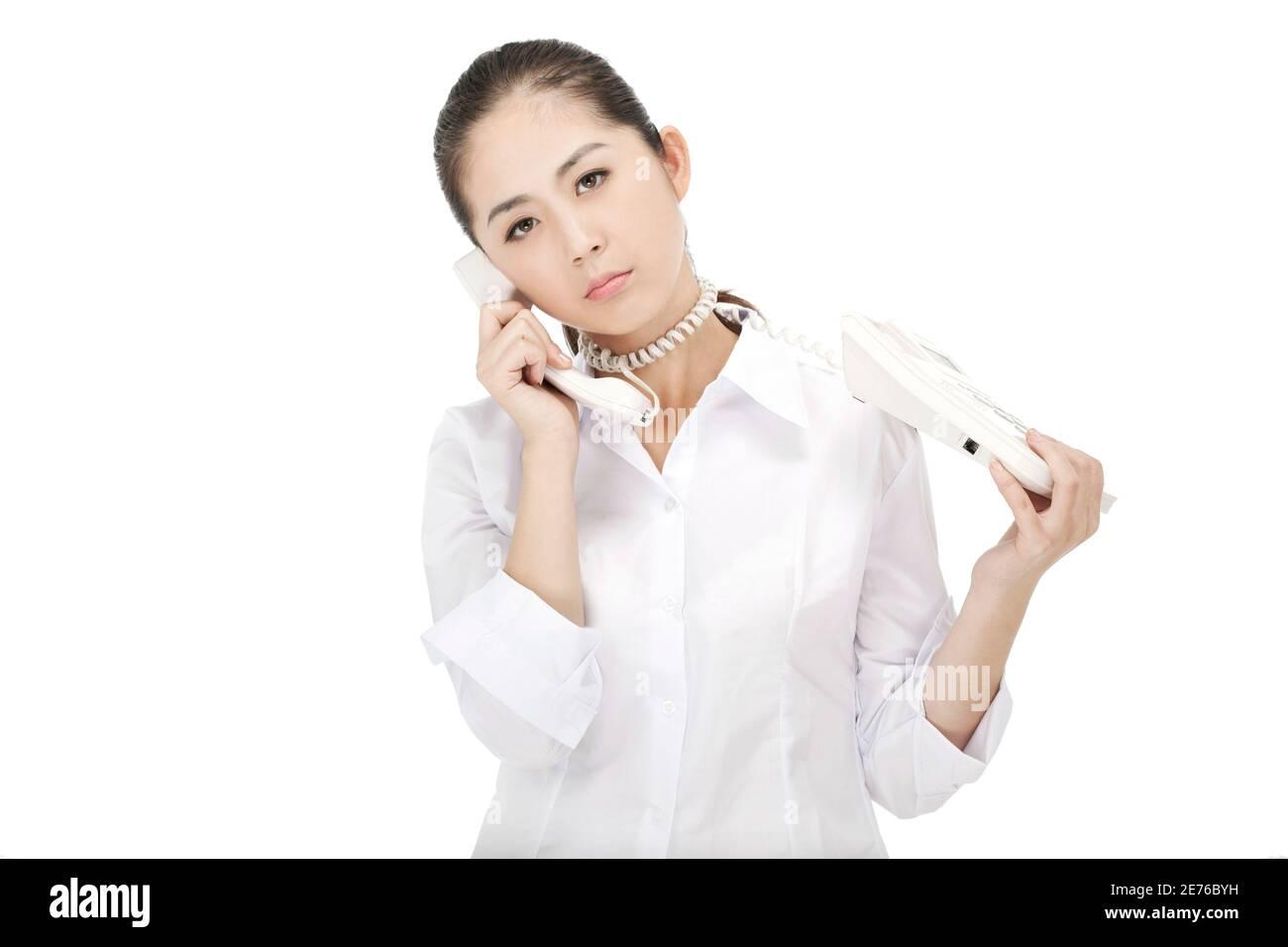 La femme d'affaires était une ligne téléphonique autour du cou photo de qualité Banque D'Images