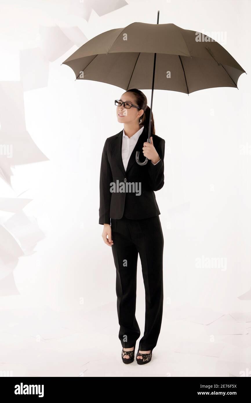 Femme d'affaires tenant un parapluie photo de haute qualité Banque D'Images