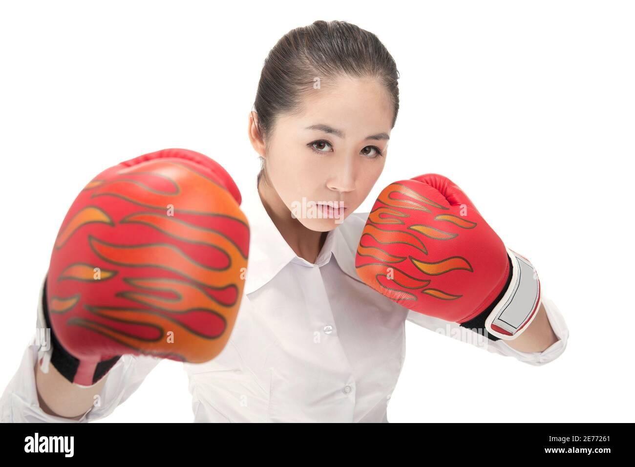 Femme d'affaires avec gants de boxe photo de haute qualité Banque D'Images