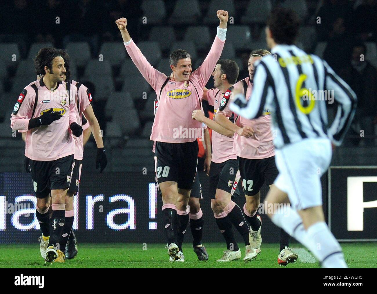 Palermo's Igor Budan (C) celebrates after scoring a second goal against Juventus during their Italian Serie A soccer match at the Olympic stadium in Turin February 28, 2010. REUTERS/Paolo Bona (ITALY - Tags: SPORT SOCCER) Banque D'Images
