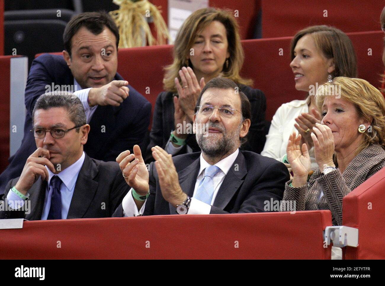 (bottom L-R) Madrid's mayor Alberto Ruiz-Gallardon, opposition leader Mariano Rajoy and President of Madrid's regional government Esperanza Aguirre attend the quarterfinal tennis match of U.S. Robby Ginepri and David Ferrer of Spain at the Madrid Masters Series tennis tournament in Spain, October 21, 2005. Ginepri won the match by 6-1 6-4. REUTERS/Andrea Comas Banque D'Images