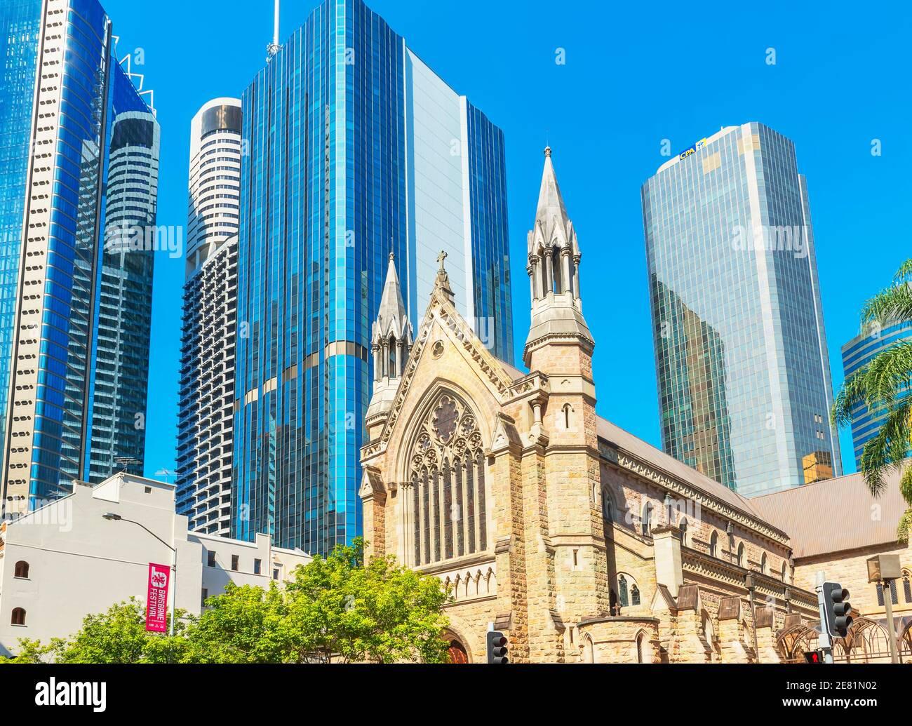 La cathédrale Saint-Étienne est naine par les gratte-ciel en verre, Brisbane, Queensland, Australie, Australasie Banque D'Images