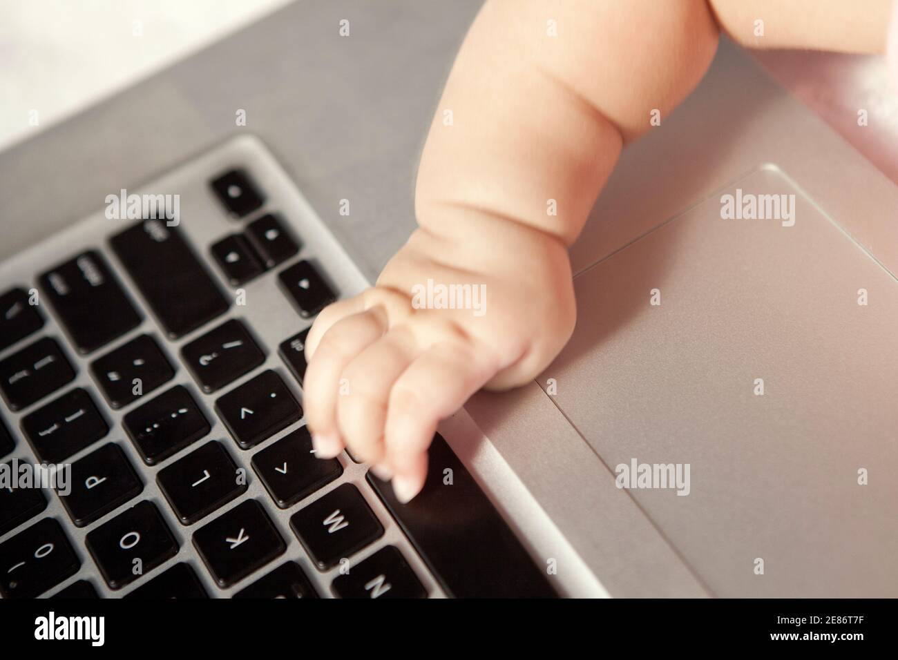 Bébé touchant le clavier d'ordinateur photo de haute qualité Banque D'Images