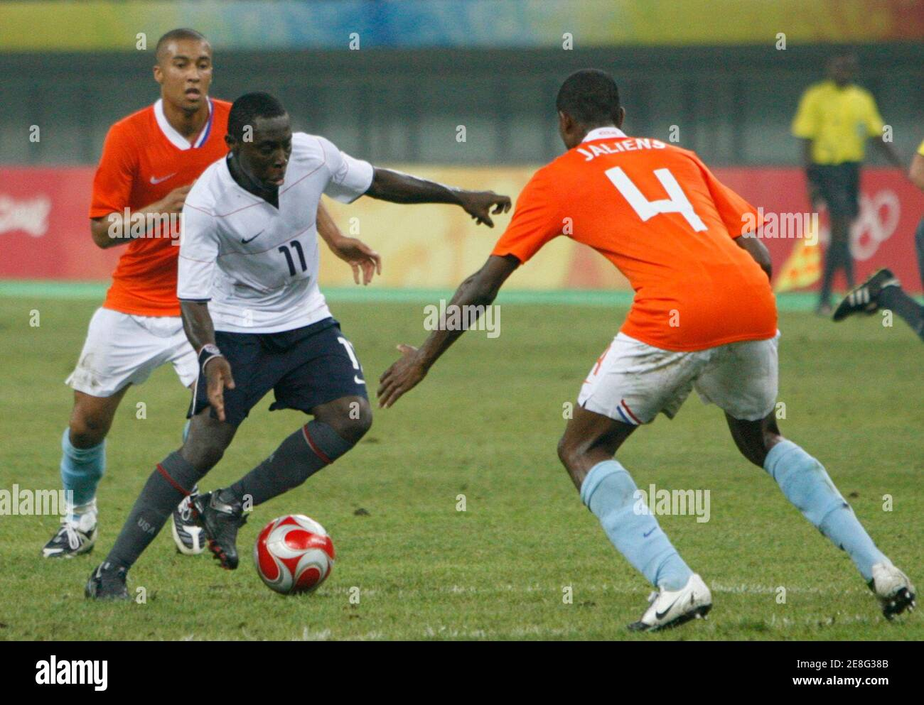Kenneth Vermeer (L) and Kew Jaliens (R) of the Netherlands battle for the ball with Marvell Wynne of the U.S. during their men's Group B soccer match at the Beijing 2008 Olympic Games in Tianjin August 10, 2008.     REUTERS/Claro Cortes IV (CHINA) Banque D'Images