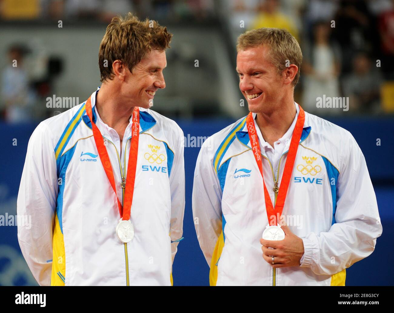 Silver medallists Simon Aspelin (L) and Thomas Johansson from Sweden stand on the podium during the medal ceremony for the men's tennis doubles at the Beijing 2008 Olympic Games August 16, 2008.  REUTERS/Claro Cortes Iv (CHINA) Banque D'Images