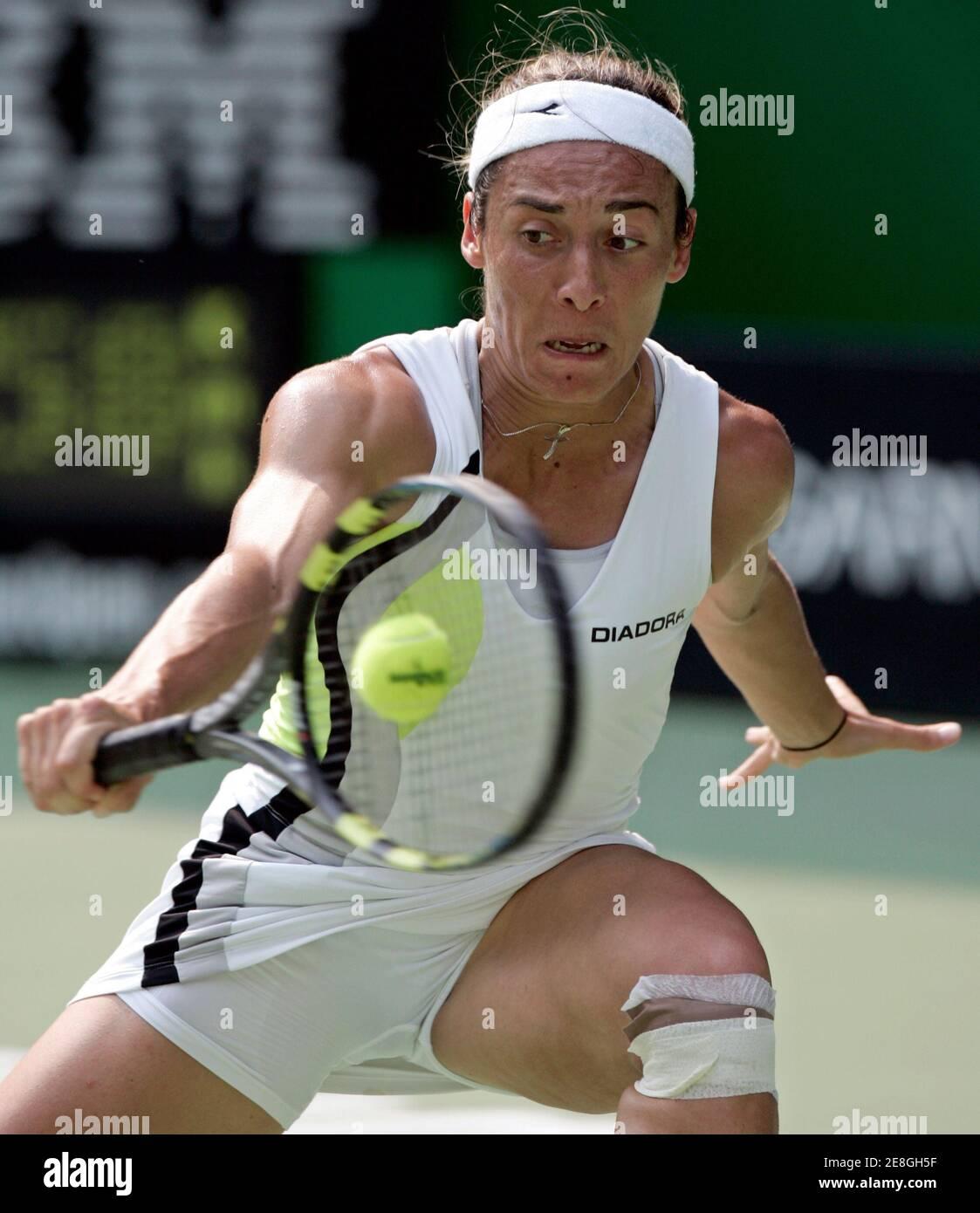 Francesca Schiavone, d'Italie, revient contre Kim Clijsters, de Belgique, lors du tournoi de tennis Open d'Australie à Melbourne le 23 janvier 2006. REUTERS/Claro Cortes IV Banque D'Images