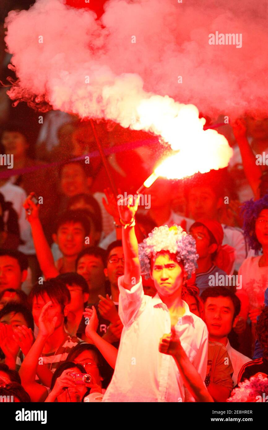 A Chinese supporter lights a flare after China scored their first goal against New Zealand during their Group D soccer match in the 2007 FIFA Women's World Cup tournament in Tianjin September 20, 2007.   REUTERS/Claro Cortes IV (CHINA) Banque D'Images