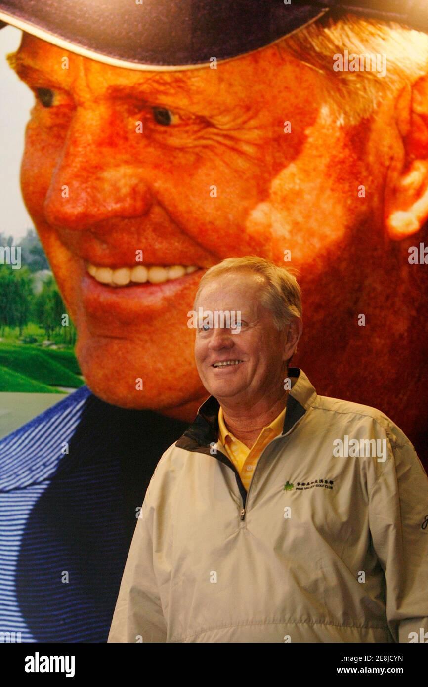 Jack Nicklaus tient une conférence de presse au Pine Valley Golf Club, à la périphérie de Beijing, le 25 avril 2007. Nicklaus, qui contribue à promouvoir le développement du golf en Chine, a tenu une clinique de golf pour plus de 100 étudiants des environs de Beijing et a assisté à l'ouverture d'un deuxième parcours de golf qu'il a conçu au Pine Valley Golf Club. REUTERS/Claro Cortes IV (CHINE) Banque D'Images