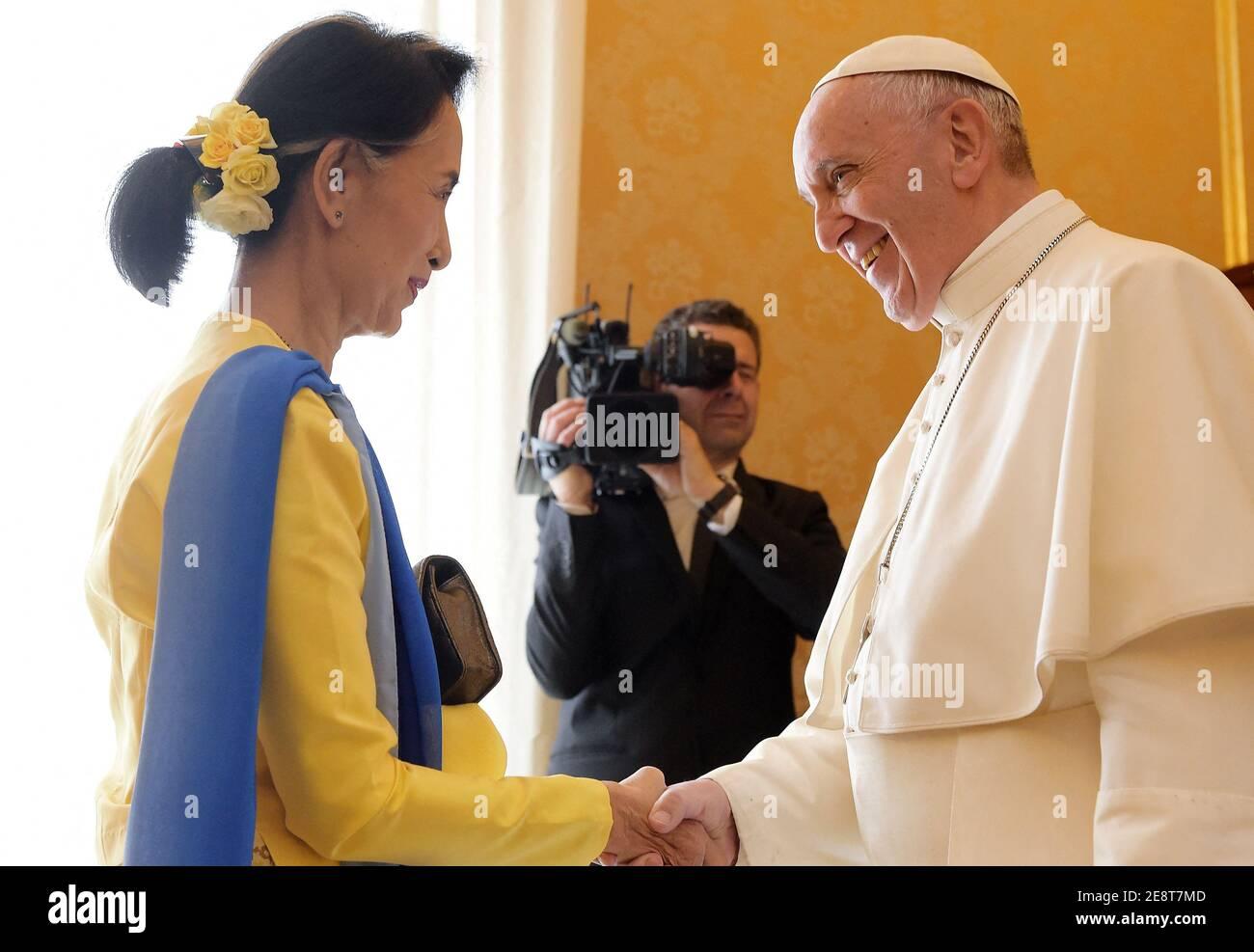 Photo du dossier - le pape François rencontre Aung San Suu Kyi, conseillère d'État et ministre des Affaires étrangères de la République de l'Union du Myanmar (ex-Birmanie) lors d'une audience privée au Vatican le 4 mai 2017. Suu Kyi est à Rome pour participer à une conférence organisée par le Parlement italien sur l'égalité des sexes et le développement durable. La puissante armée du Myanmar a pris le contrôle du pays lors d'un coup d'État et a déclaré l'état d'urgence, après la détention d'Aung San Suu Kyi et d'autres hauts dirigeants du gouvernement lors des raids du matin lundi. Photo d'Eric Vandeville Banque D'Images