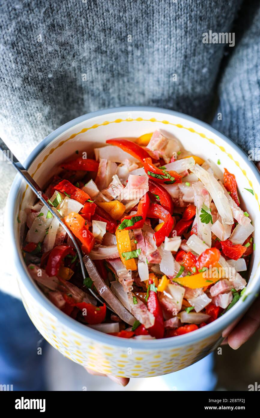 La salade Nervetti, un plat typique de l'Italie du Nord composé de tendons et cartilages de l'échin de boeuf bouilli pendant plus de 3 heures. Banque D'Images