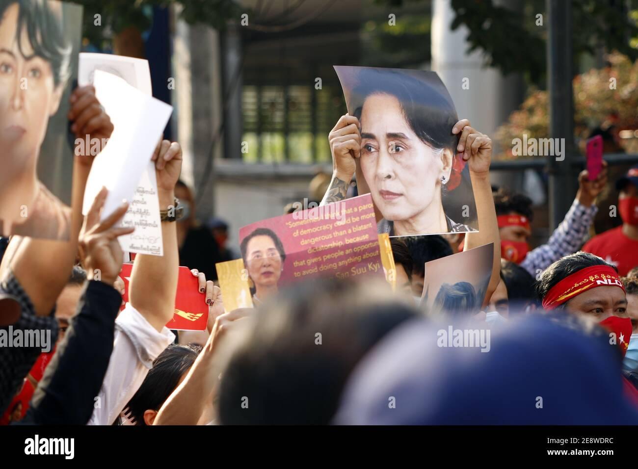 Bangkok, Thaïlande. 1er février 2021. Les gens se rassemblent à l'extérieur de l'ambassade du Myanmar après que l'armée birmane ait pris le pouvoir par un coup d'État. Le 1er février, l'armée birmane a déclaré l'état d'urgence et a pris le contrôle du pays par un coup d'État, en emprisonnant Aung San Suu Kyi, le chef du parti au pouvoir de la Ligue nationale pour la démocratie (NLD), et d'autres dirigeants du gouvernement à la suite de prétendues trucages aux élections législatives de novembre 2020. Credit: Grigory Zimenkov/TASS/Alay Live News Banque D'Images