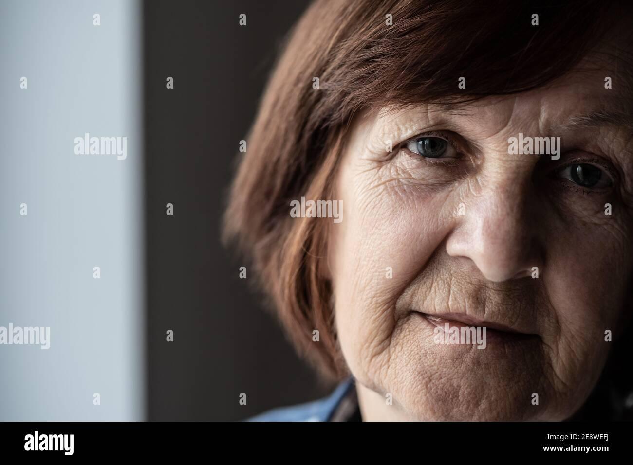 Portrait en gros plan du visage froissé d'une femme âgée. Banque D'Images